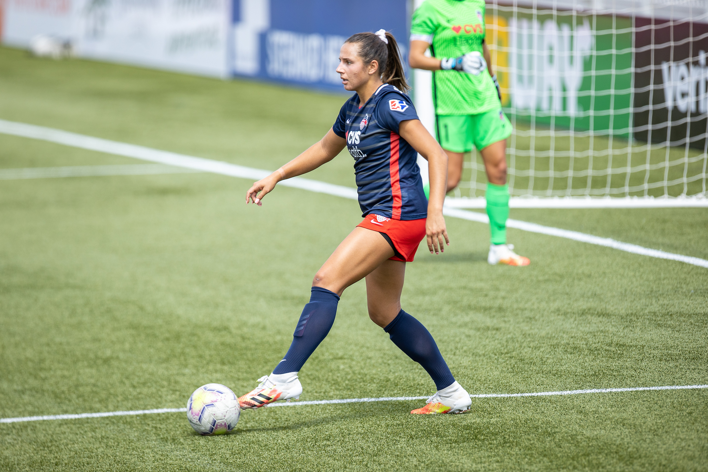 Defender Sam Staab takes the ball forward during the 2020 NWSL Challenge Cup.